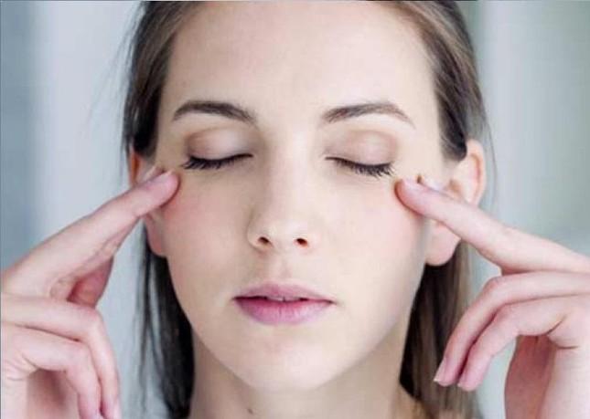 """Vùng da quanh mắt nhạy cảm như một cô nàng """"khó chiều"""", bạn đã biết cách chăm chút? ảnh 5"""