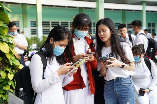 """""""Đại náo"""" tiết chào cờ, AskNow bật mí bí quyết giúp teen Sài Gòn tự tin vượt qua mùa thi ảnh 5"""