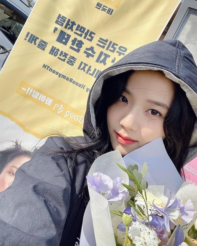 """""""Snowdrop"""" bị phản ứng mạnh mẽ khiến Jisoo chỉ đăng ảnh phim trường cũng bị chỉ trích ảnh 5"""