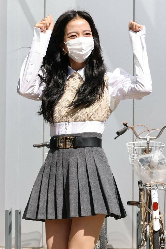 Muốn biết gu thời trang của BLACKPINK khác biệt thế nào, nhìn cách chọn đồng phục là rõ! ảnh 6