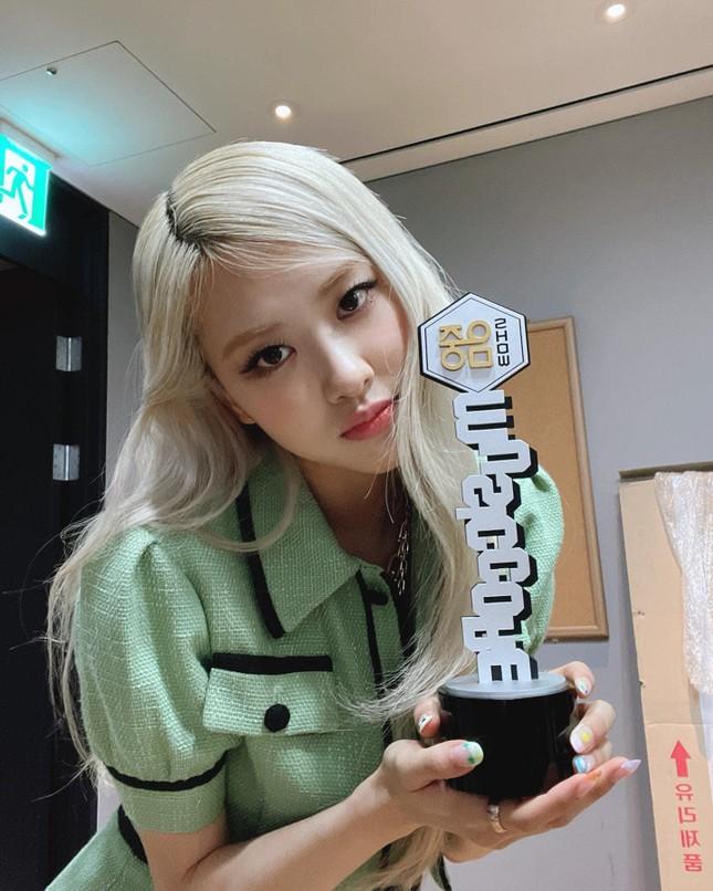 Đụng hàng từ trang phục đến kiểu tóc nhưng vì sao Rosé ghi điểm hơn Chaeryeong (ITZY)? ảnh 1