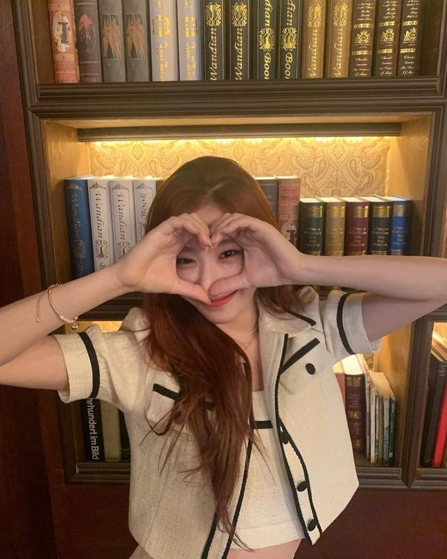 Đụng hàng từ trang phục đến kiểu tóc nhưng vì sao Rosé ghi điểm hơn Chaeryeong (ITZY)? ảnh 4