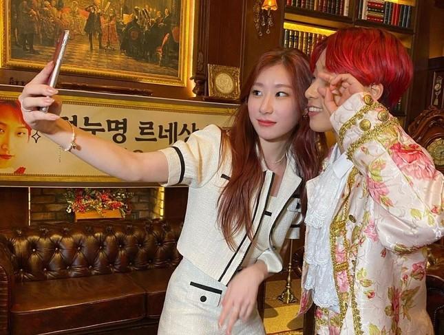 Đụng hàng từ trang phục đến kiểu tóc nhưng vì sao Rosé ghi điểm hơn Chaeryeong (ITZY)? ảnh 5