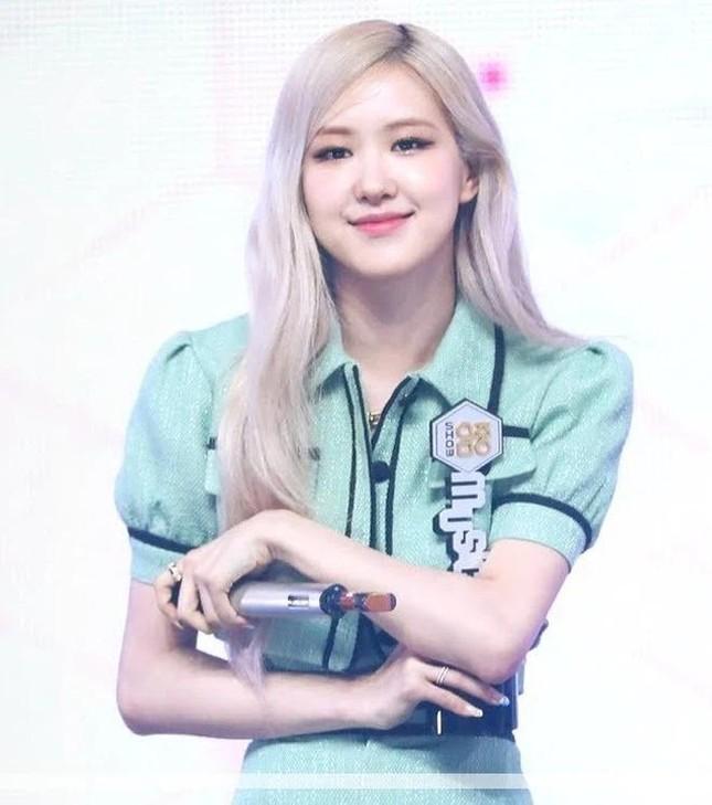 Đụng hàng từ trang phục đến kiểu tóc nhưng vì sao Rosé ghi điểm hơn Chaeryeong (ITZY)? ảnh 3