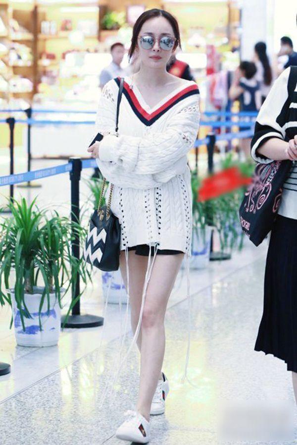 """Vừa đổi style ăn mặc, Dương Mịch đã vướng nghi vấn """"sao chép"""" Jennie (BLACKPINK) ảnh 1"""