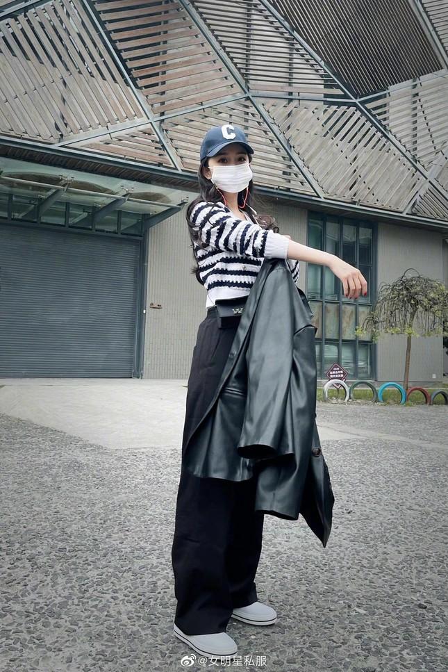 """Vừa đổi style ăn mặc, Dương Mịch đã vướng nghi vấn """"sao chép"""" Jennie (BLACKPINK) ảnh 2"""