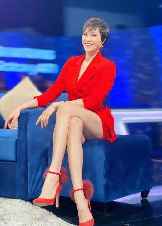 Nhìn dàn sao nữ bối rối vì váy ngắn hoặc xẻ cao mới thấy Hoa hậu Đỗ Thị Hà xử lý cực khéo ảnh 8