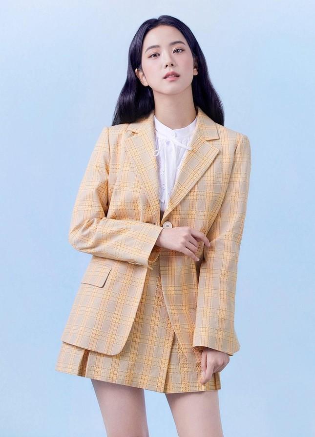 """Nhìn bộ ảnh quảng cáo mới của Jisoo mà netizen thở phào """"May bình thường Jisoo không thế"""" ảnh 1"""