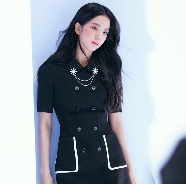 """Nhìn bộ ảnh quảng cáo mới của Jisoo mà netizen thở phào """"May bình thường Jisoo không thế"""" ảnh 3"""