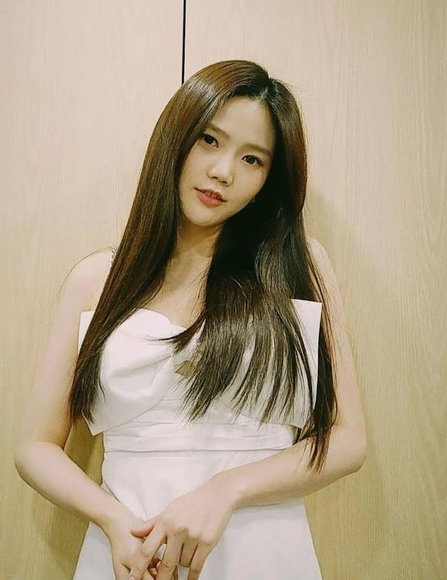Jisoo chứng tỏ gu phối đồ đẳng cấp khi đụng hàng váy trắng tiểu thư với Taeyeon, Hyojung ảnh 6