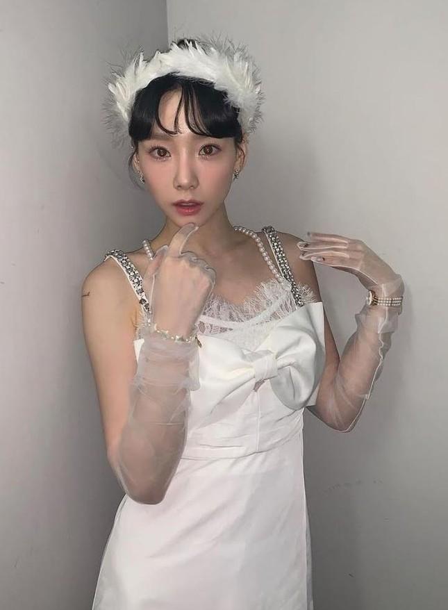 Jisoo chứng tỏ gu phối đồ đẳng cấp khi đụng hàng váy trắng tiểu thư với Taeyeon, Hyojung ảnh 3
