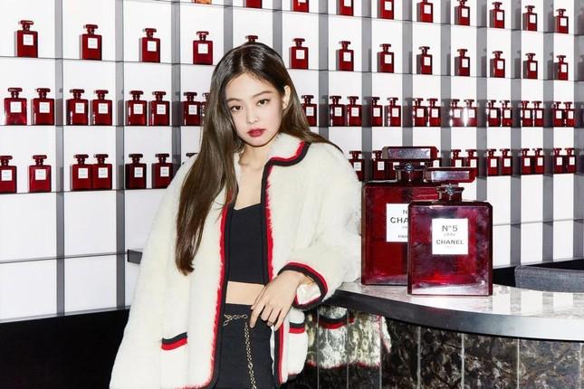 """Học Jennie (BLACKPINK) bí kíp """"mặc đồ bình dân đẹp như hàng hiệu"""" ảnh 1"""