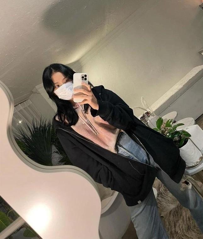Rất chăm diện quần jeans nhưng trông không hề nhàm chán, đâu là bí quyết của Jisoo? ảnh 1