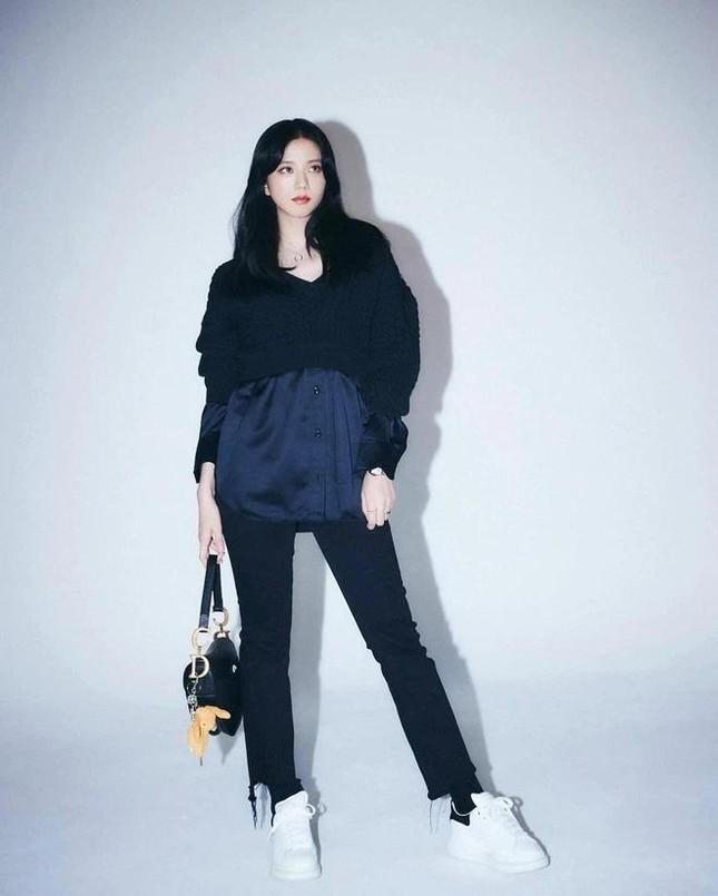Rất chăm diện quần jeans nhưng trông không hề nhàm chán, đâu là bí quyết của Jisoo? ảnh 6