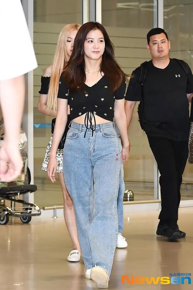 Rất chăm diện quần jeans nhưng trông không hề nhàm chán, đâu là bí quyết của Jisoo? ảnh 5