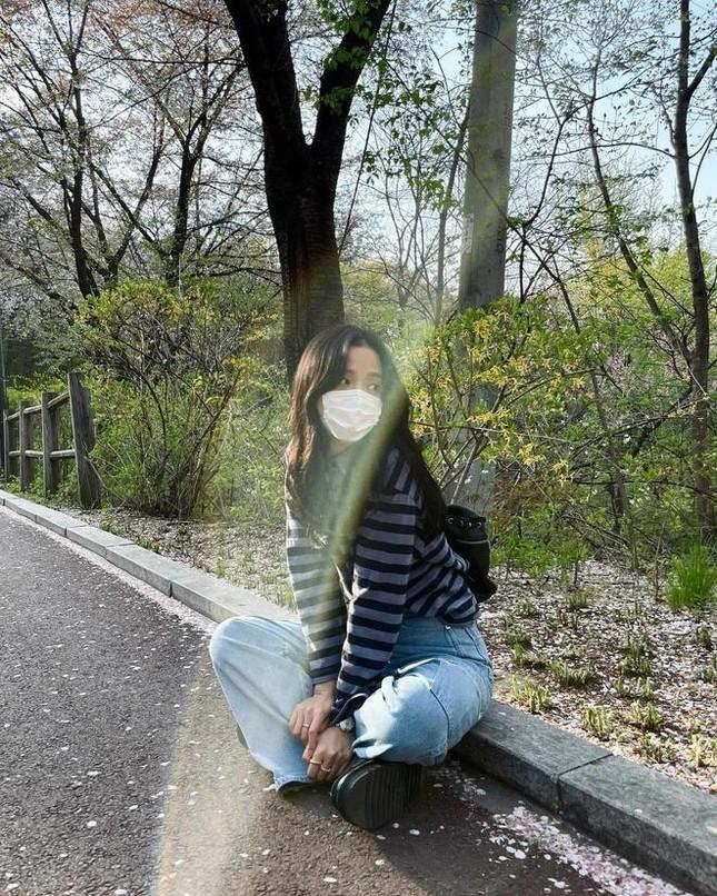 Rất chăm diện quần jeans nhưng trông không hề nhàm chán, đâu là bí quyết của Jisoo? ảnh 3