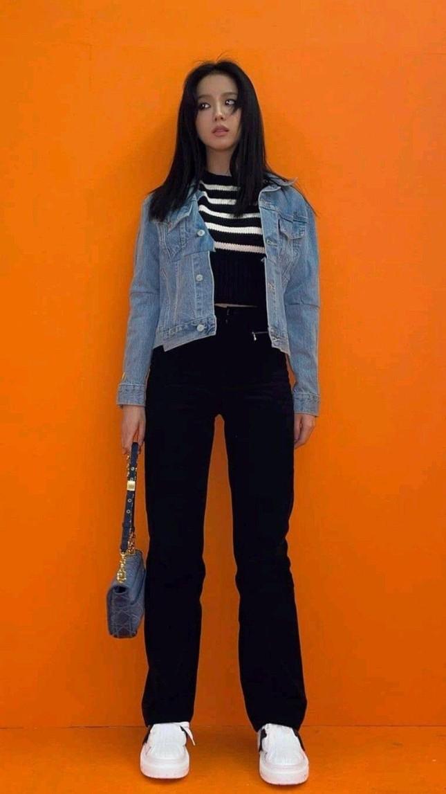 Rất chăm diện quần jeans nhưng trông không hề nhàm chán, đâu là bí quyết của Jisoo? ảnh 9