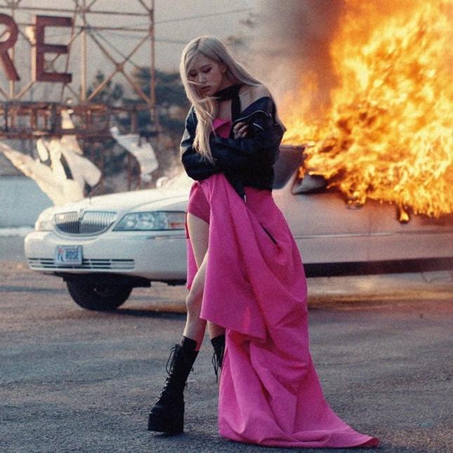 Khoảnh khắc khiến Rosé ấm lòng nhất khi quay MV solo hóa ra không liên quan đến BLACKPINK ảnh 1