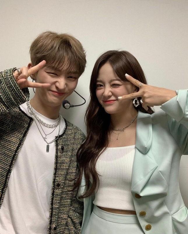 """Kim Sejeong bình luận vô tư cỡ nào với Yoon Jisung mà khiến netizen """"đọc muốn đỏ mặt""""? ảnh 1"""