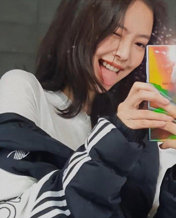 Vì sao netizen Hàn thừa nhận không thể bắt chước một kiểu chụp ảnh quen thuộc của Jennie? ảnh 3
