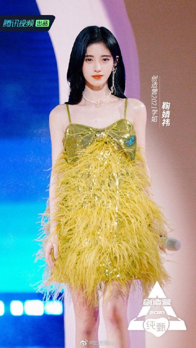 Ngày nào còn phải dùng miếng độn vai, nay Cúc Tịnh Y đã có bờ vai đẹp như Jennie BLACKPINK ảnh 3