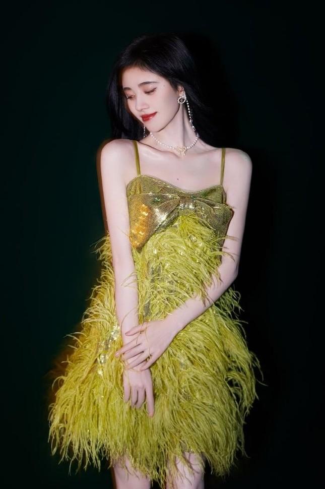 Ngày nào còn phải dùng miếng độn vai, nay Cúc Tịnh Y đã có bờ vai đẹp như Jennie BLACKPINK ảnh 2