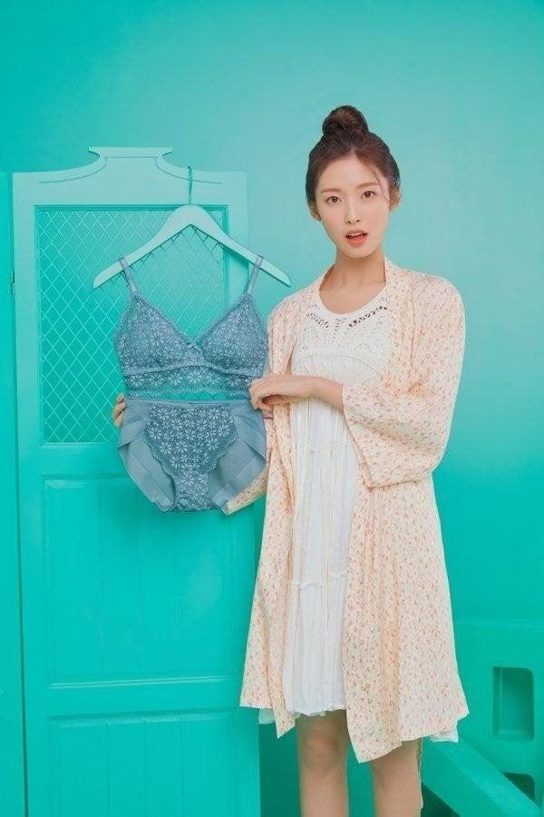 Arin (Oh My Girl) gây sốc vì quảng cáo áo ngực theo cách chẳng giống ai ảnh 3