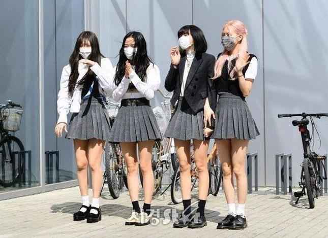 Không thể ngờ stylist của ITZY cho nhóm mặc trang phục như thế này lên truyền hình ảnh 1