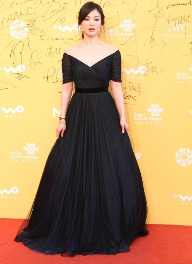 """Song Hye Kyo vướng ồn ào trang phục: Phong cách giản dị hay """"Siêu giàu siêu tiết kiệm""""? ảnh 2"""