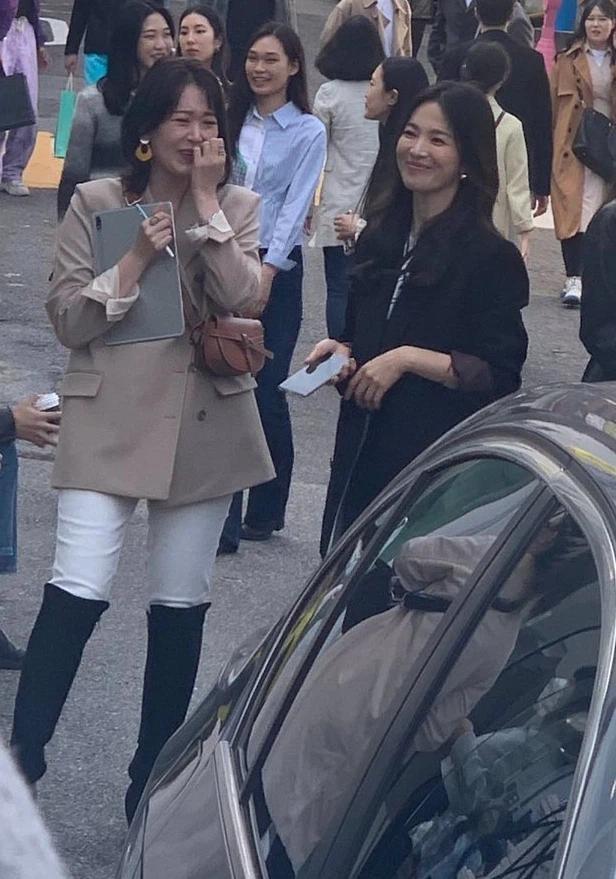 """Song Hye Kyo vướng ồn ào trang phục: Phong cách giản dị hay """"Siêu giàu siêu tiết kiệm""""? ảnh 4"""