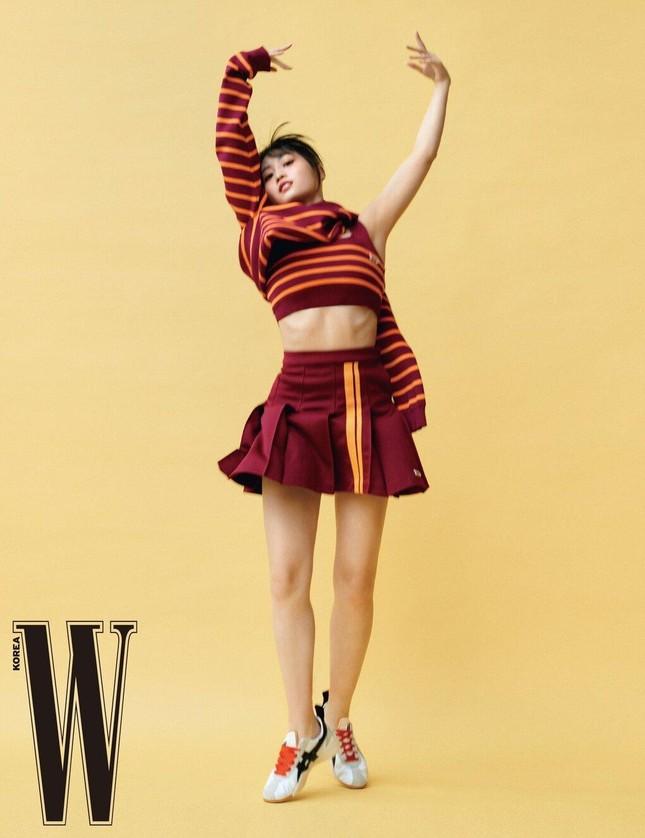 """BLACKPINK và TWICE trong cuộc đua """"ảnh tạp chí"""": Nhóm nữ nhà YG có đỉnh hơn về thần thái? ảnh 5"""