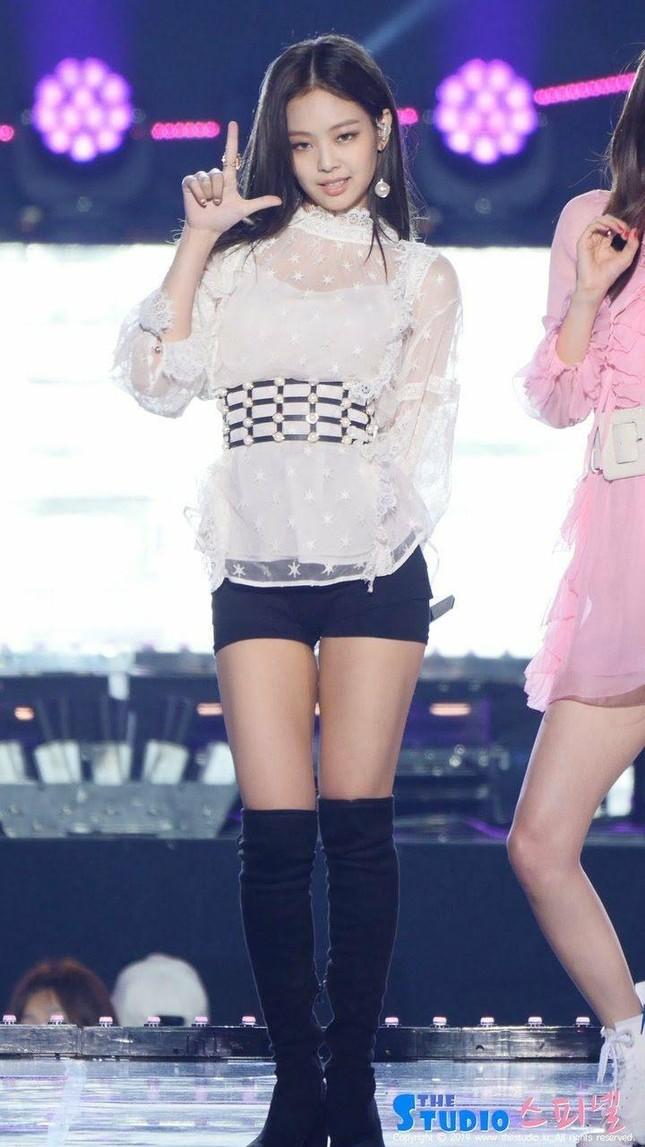 Jennie đúng chuẩn cao thủ diện bra: Hở cả áo chíp vẫn được khen sành điệu ảnh 2