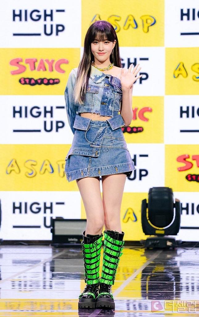 """Hội """"idol chân dài như Thủy thủ Mặt Trăng"""" vừa kết nạp thêm thành viên mới: Yoon (STAYC) ảnh 10"""