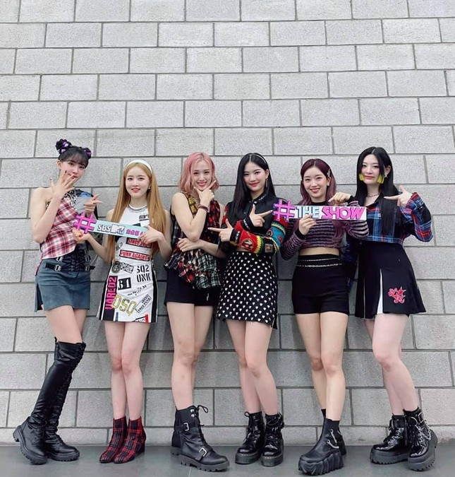 """Hội """"idol chân dài như Thủy thủ Mặt Trăng"""" vừa kết nạp thêm thành viên mới: Yoon (STAYC) ảnh 1"""