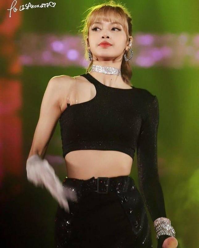 """Thần thái như Lisa (BLACKPINK) mới diện đẹp được những mẫu áo """"cái bang"""" này ảnh 6"""