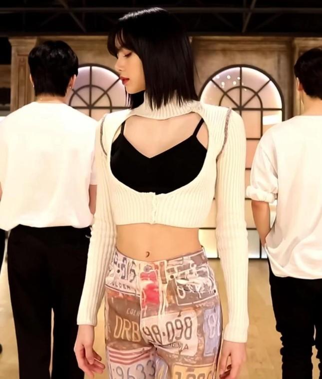 """Thần thái như Lisa (BLACKPINK) mới diện đẹp được những mẫu áo """"cái bang"""" này ảnh 4"""