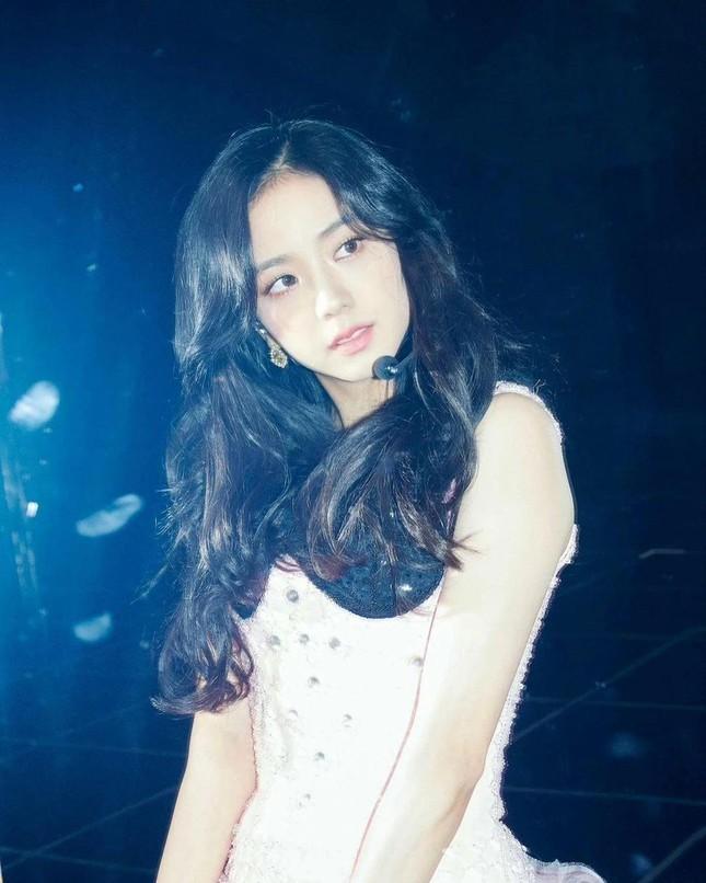 """""""Mái rèm cửa"""" của Jisoo giúp thăng hạng nhan sắc cỡ nào mà idol K-Pop ngày càng chuộng? ảnh 1"""