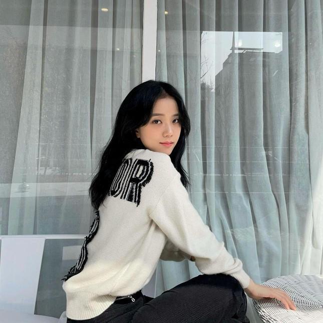 """""""Mái rèm cửa"""" của Jisoo giúp thăng hạng nhan sắc cỡ nào mà idol K-Pop ngày càng chuộng? ảnh 2"""