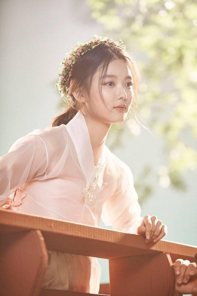 Visual đỉnh cao như IU, Suzy, Yoona mà mặc đồ cổ trang vẫn chưa hút hồn bằng sao trẻ này ảnh 15