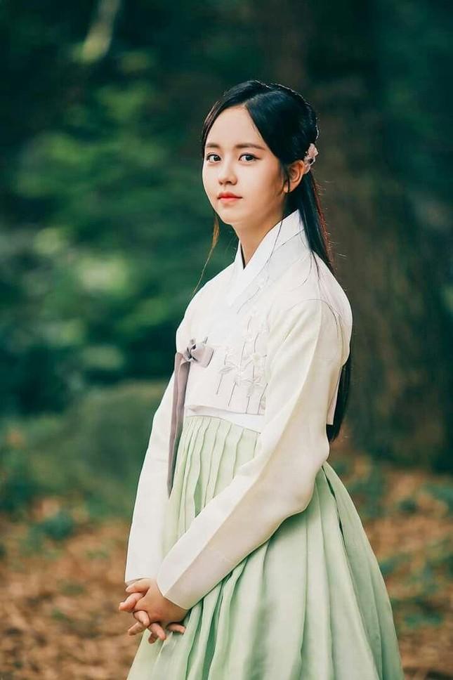 Visual đỉnh cao như IU, Suzy, Yoona mà mặc đồ cổ trang vẫn chưa hút hồn bằng sao trẻ này ảnh 10