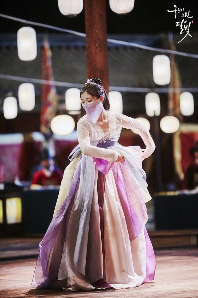 Visual đỉnh cao như IU, Suzy, Yoona mà mặc đồ cổ trang vẫn chưa hút hồn bằng sao trẻ này ảnh 14