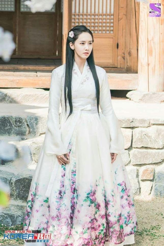 Visual đỉnh cao như IU, Suzy, Yoona mà mặc đồ cổ trang vẫn chưa hút hồn bằng sao trẻ này ảnh 5