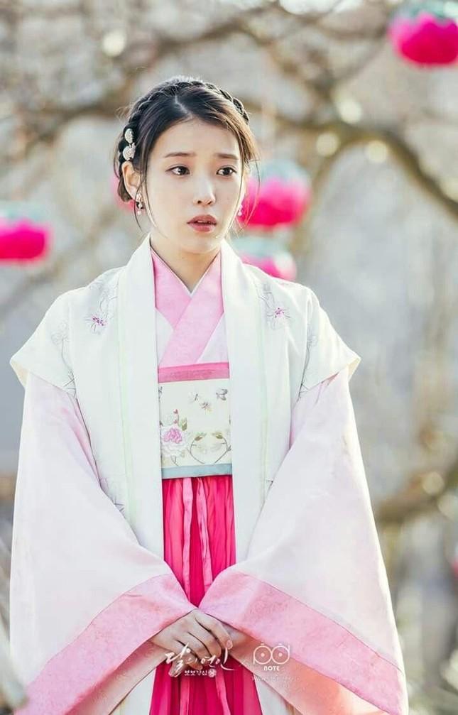 Visual đỉnh cao như IU, Suzy, Yoona mà mặc đồ cổ trang vẫn chưa hút hồn bằng sao trẻ này ảnh 3