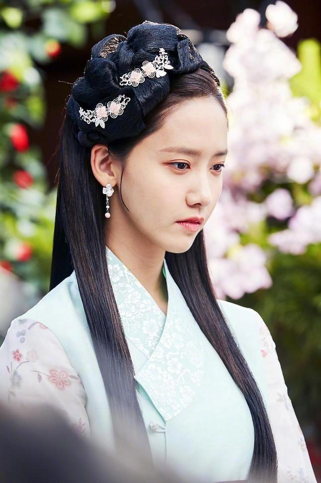 Visual đỉnh cao như IU, Suzy, Yoona mà mặc đồ cổ trang vẫn chưa hút hồn bằng sao trẻ này ảnh 6