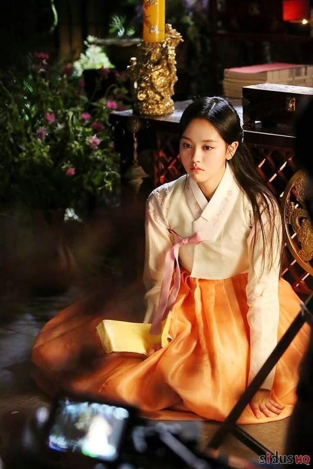 Visual đỉnh cao như IU, Suzy, Yoona mà mặc đồ cổ trang vẫn chưa hút hồn bằng sao trẻ này ảnh 11