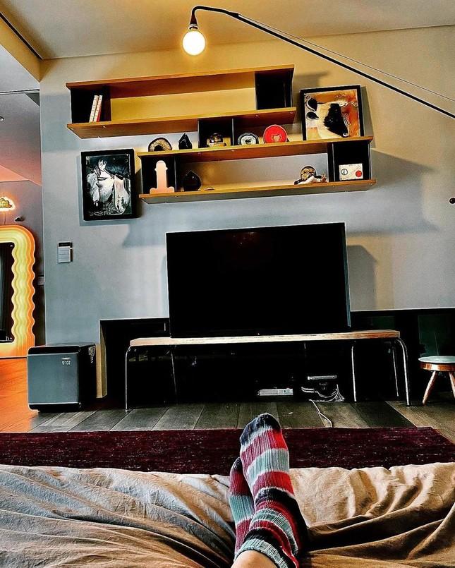 """Soi nhà """"bạn trai tin đồn"""" của Jennie BLACKPINK, ghế gỗ giá 800 triệu thì ai dám ngồi? ảnh 6"""