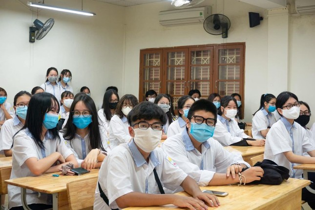 Học sinh hào hứng trở lại trường, nước rửa tay và khẩu trang là vật dụng không thể thiếu ảnh 4