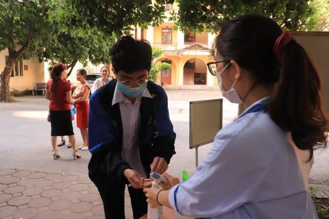 Học sinh hào hứng trở lại trường, nước rửa tay và khẩu trang là vật dụng không thể thiếu ảnh 3