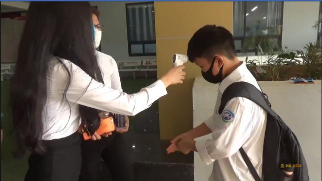 Học sinh hào hứng trở lại trường, nước rửa tay và khẩu trang là vật dụng không thể thiếu ảnh 2