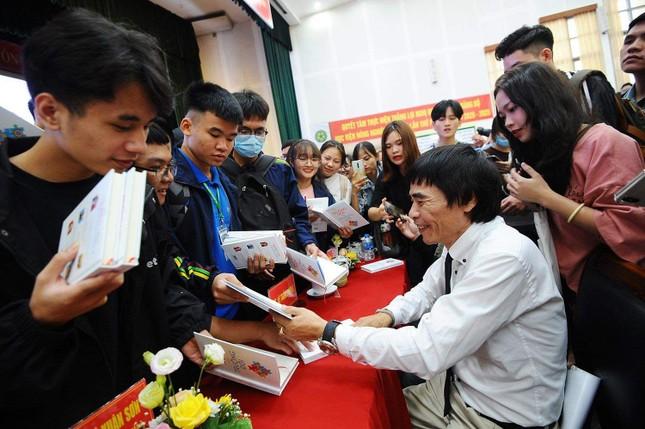 """Hàng nghìn sinh viên háo hức tham dự lễ ra mắt sách """"Trường học hay Trường đời 2"""" ảnh 1"""